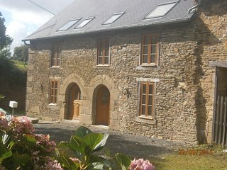 Beautiful renovated stone cottage, close to Brittany's major attractions
