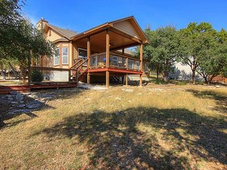 Winter Texans Special! Spacious 3/2 home close to the lake and fully fenced!