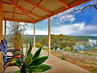 Eco House with Magnificent Views of the Murray River, Morgan