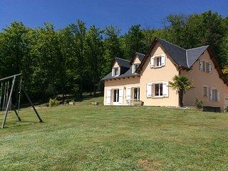 Gîte Pratnau  Maison de vacances pour 14 personnes, confortable 3*, au calme, Banassac
