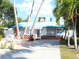 Adorable Pet Friendly 2 BR Updated Island Cottage with screened lanai and brand, Fort Myers Beach