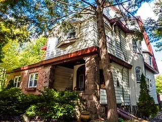 Large, Quaint 2-Bedroom Apartment with King+Full Beds in Victorian Home near NYC