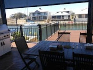 CANAL FRONT holiday home with private jetty!, Mandurah