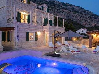Villa Vikki mit Aussen und Innenpool, **Firstminute**