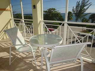 Grand Cayman: large 2 bedroom,2 bedroom apartment with a sea view terrace