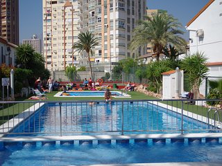 Quaint Town House Levante Beach, Swimming Pools, Children's area WiFi Air Con TV, Benidorm