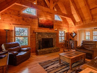 Cozy Cabin in the Woods on a Mountain Creek, Centrally-located close to