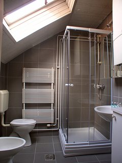 Bathroom with a shower, toilet, basin and washer/dryer