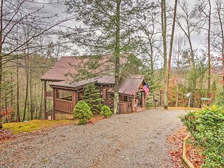 NEW! Charming 3BR Sevierville Cabin w/ Hot Tub!