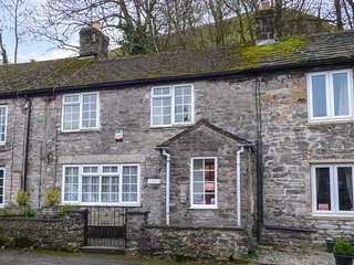 EASTRY COTTAGE, mid-terrace, private patio, in Castleton, Ref 952009