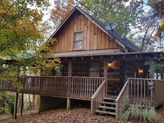 SECLUDED CABIN WITH MOUNTAIN VIEWS, HOT TUB, POOL TABLE