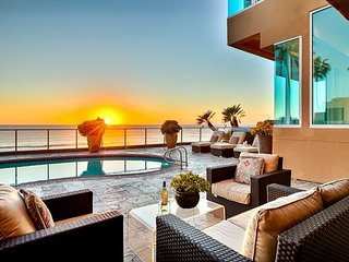 Oceanfront, pool, jacuzzi, walk to village, home theater and more!!, La Jolla