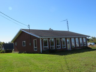 Grandview Cottage,  3 bedrooms, Beach side (2nd row) 10 Km from Summerside
