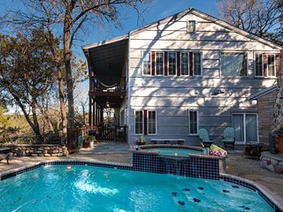 LUXURY GUESTHOUSE CABIN~PRIVATE~on 1.3ACRES~POOL/RIVER/SPA/FreeWiFi~7mi2 DWNTWN!