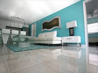 FLAMINGO#3, 2BEDROOM,MODERN UNIT ON THE BEACH 50 STEPS WITH POOL!