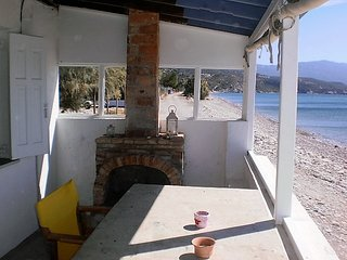 LIVING ON THE SEA SAMOS BEACH HOUSE FOR 6 PERSONS