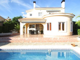 Quiet villa with private entrance, private pool, private terraces, palmtrees
