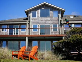 Ocean Front Home on a Sandy Beach Sleeps up to 18! FREE NIGHT!, Waldport