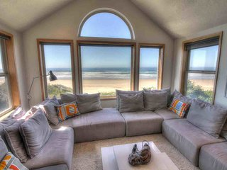 Oceanfront Home on Miles of Sandy Beach! Hot Tub / Game Room!, Yachats