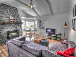 Quaint Ocean Front Cottage with Private Hot Tub! FREE NIGHT!, Yachats
