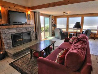 Oceanfront home with hot tub on miles of sandy beach! FREE NIGHT!, Yachats