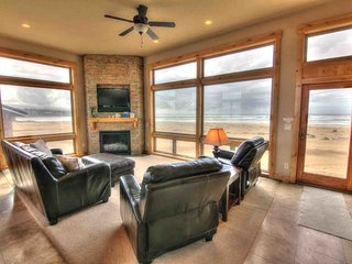 Luxurious Home Sits Right on the Beach! Game Room, Pet Friendly! FREE NIGHT, Waldport