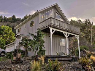 Ocean View Home in Yachats! Game Room! Sauna !