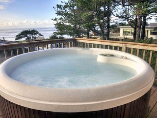 Panoramic Ocean Views and Ocean Front Hot Tub!  FREE NIGHT!, Yachats