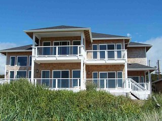 Modern Ocean Front Home on a Sandy Beach! Hot Tub & Game Room! FREE NIGHT, Waldport