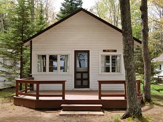Venn's Woodland Resort - Pines Lakefront Cottage