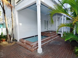 KEYLIME COTTAGE - 1 Block From All The Duval Action! Pvt Parking, Shared Pool, Key West