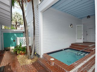 CREME BRULEE SUITE - Shared Pool and Private Parking! 1 Block from Duval, Key West