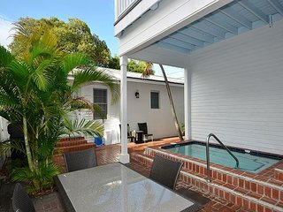 SWEET CAROLINE - 1 Block From Duval! Shared Pool & Private Parking!, Key West