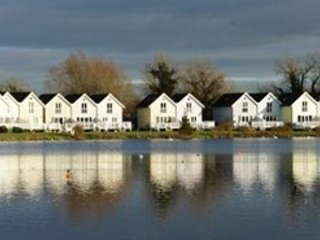 Lakeside lodge in the heart of the Cotswolds, vacation rental in South Cerney