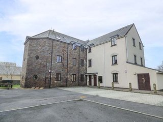 BEACON HOUSE, first floor apartment, WiFi, balcony, parking, in Burry Port, Ref