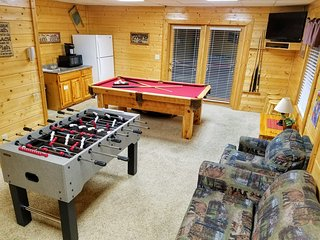 Large 8BR/8BA Log Cabin, Hot Tub, Pool Table, View! Easy level access, sleeps 22