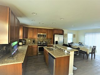 Kitchen and dining for 10 people