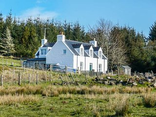 6 KNOTT, pet-friendly, lawned garden, fantastic base, Portree, Ref 948770