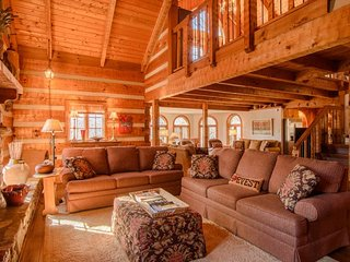 5BR Mountain Lodge, 3 Living Areas, Kitchen, Wet Bar, Hot Tub, Pool Table, 2 Gas Fireplaces, Flat Screen TVs, Electric Keyboard, Mill Ridge Club Privileges, Banner Elk