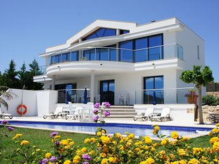 Luxury Modern Villa, Private Pool, Panoramic Views, WIFI, UK TV and AIR CON.