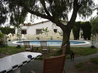 Gorgeous quiet villa with large pool close to all the fun you want on holiday, Crevillente
