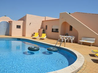 Spacious 4 suites Villa, private pool, garden, 200m from beach