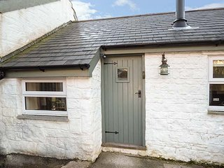 THE BARN AT WAUNLIPPA, barn conversion, ground floor, hot tub, near Narberth, Ref 943196
