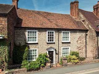 WENLOCK HOUSE, Grade II listed, pet-friendly, two gardens, open fire, in Much