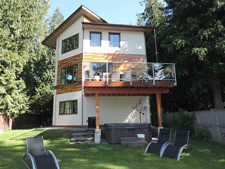 A contemporary home with a beachy feel. 3 bedrooms sleeps 6 private hot tub, Christina Lake