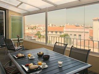 Spacious Soares Guedes apartment in Graça with WiFi & privéterras.