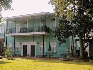 SVR-00480 Historic 2BR Only 2 Blocks from River Street, Savannah