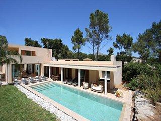 Fabulous & Modern VILLA VELOCO heated pool & sauna,walking distance to the beach