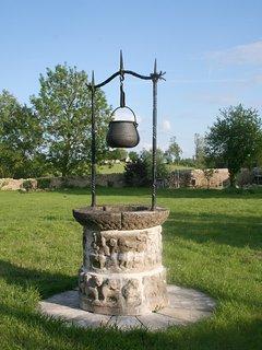 Le puits du jardin (décoratif seulement)