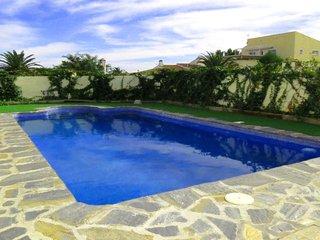 M-108. Villa independiente con piscina privada, 4 habitaciones y 3 baños.